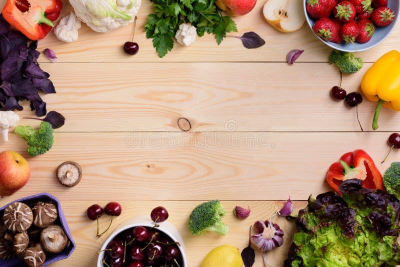 Grönsak- och fruktmatbakgrund Organiska sunda vegetariska foods Bondemarknadsorientering Kopieringsutrymme, bästa sikt arkivbilder