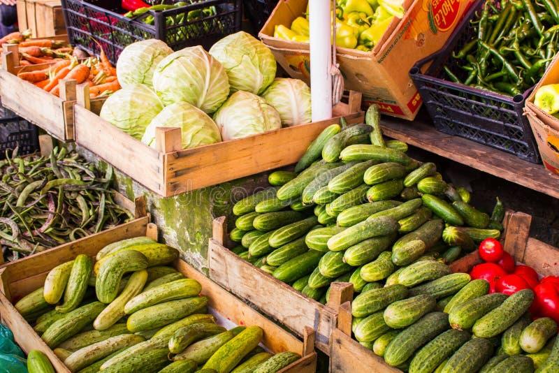 Grönsak på marknadsräknaren royaltyfria foton