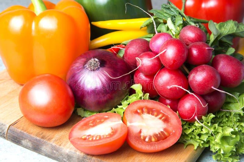 grönsakblandning köket Rädisa tomat, röd paprika, grön paprika, gul paprika, glödhet chilipeppar, gul varm chili royaltyfri foto