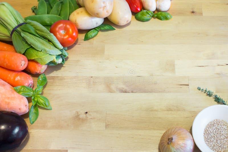 Grönsakblandning på trätabellen Töm utrymme för text eller planlägg Hälsokostbegreppet för strikt vegetarian, vegetarian, vikt-fö royaltyfri foto