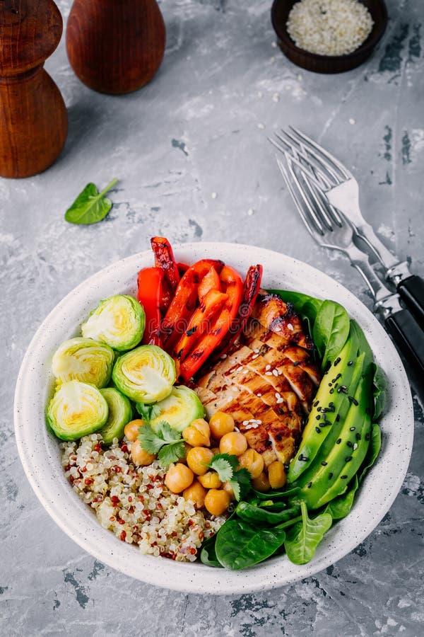 Grönsakbunkelunch med grillad höna och quinoa, spenat, avokado, brussels groddar, paprika och kikärt arkivbild