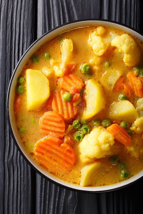 Grönsakcurry av potatisar, morötter, blomkålar, ärtor, tomat royaltyfria foton