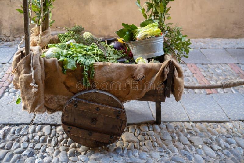 Grönsaken stannar på en medeltida marknad royaltyfri bild
