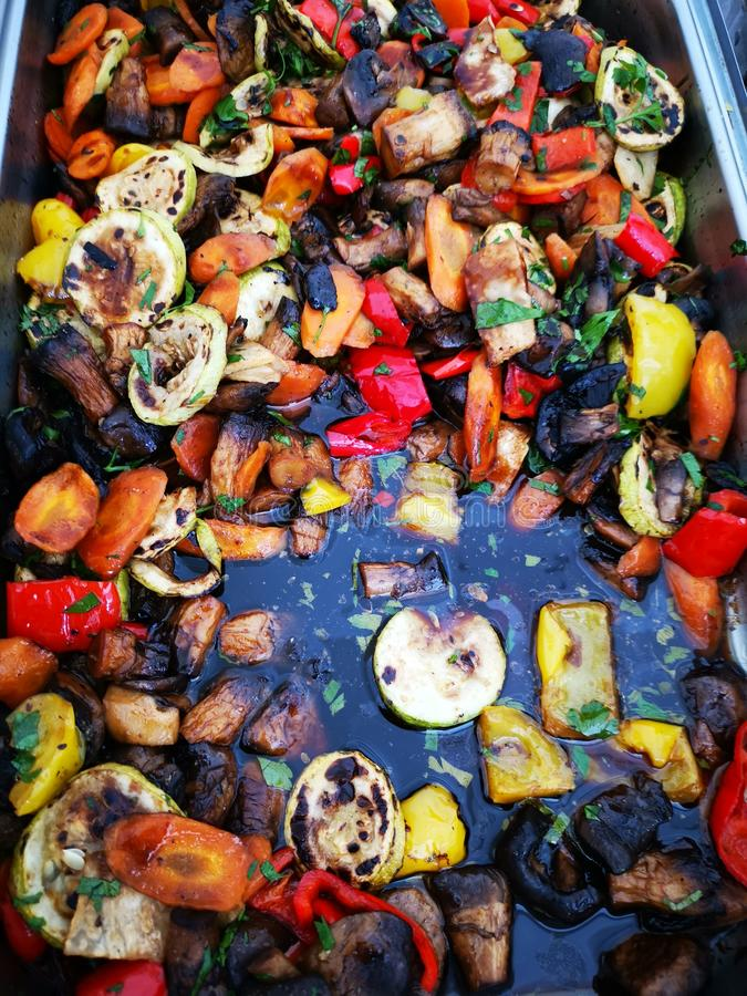 Grönsaker av många sorter som bakas på grillat royaltyfri fotografi