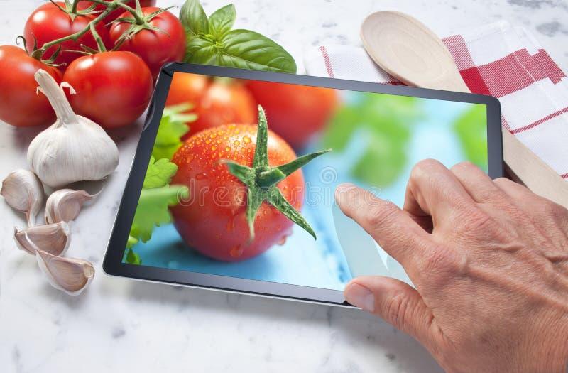 Grönsaker för datorminnestavlamat arkivfoto