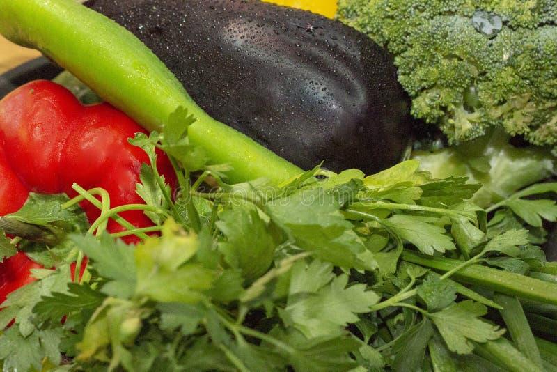 Grönsaker för zucchinin för sallad för bakgrundstexturpaprika, basilika, aubergine, broccoli arkivfoton