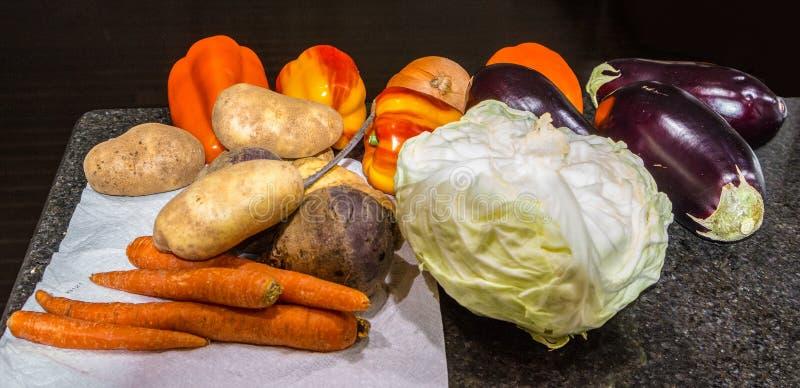 Grönsaker från basaren på köksbordet fotografering för bildbyråer