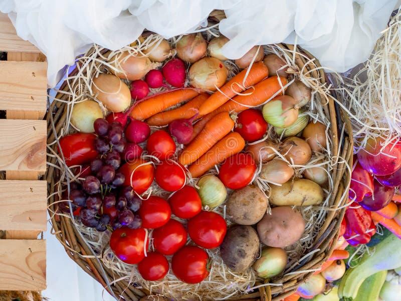 Grönsaker, frukter och bär i en korg på Thanksgiving_ arkivbild