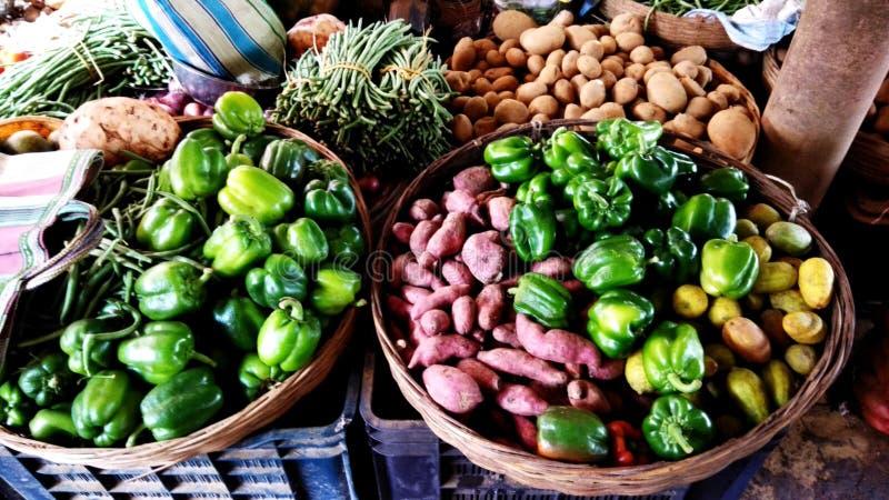 Grönsaker i en by shoppar arkivfoton