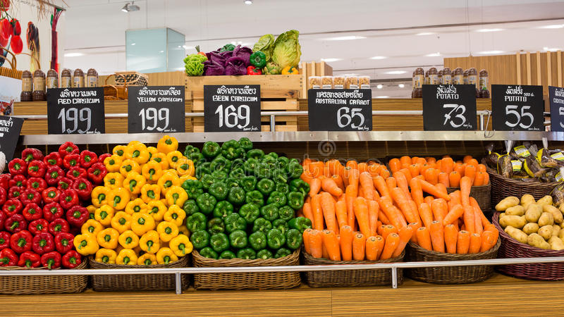 Grönsaker i supermarket Siam Paragon i Bangkok, Thailand. royaltyfria foton