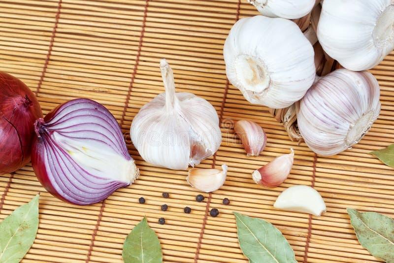 Grönsaker kryddor för laga mat lökar, peppar, lagrar. arkivfoton