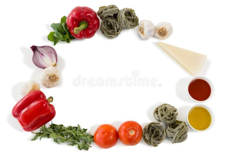 Grönsaker med pasta som är ordnad på vit bakgrund arkivbild