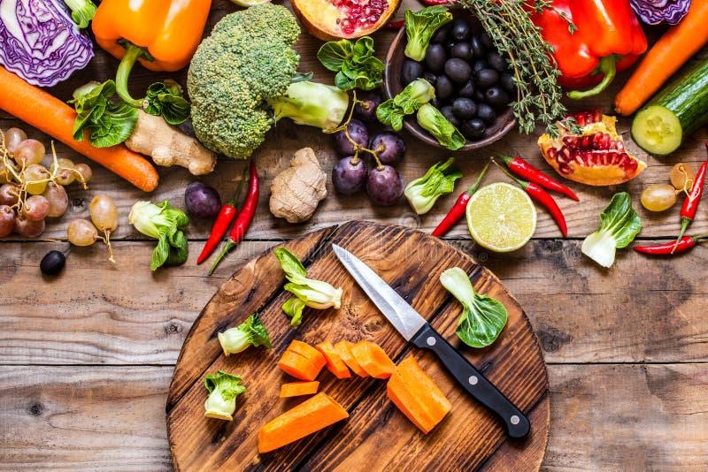 Grönsaker och frukter, örter - ingredienserna för att laga mat arkivbilder