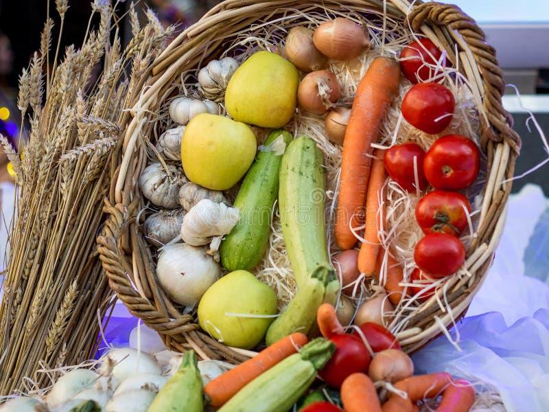 Grönsaker och frukter i en korg på Thanksgiving_ royaltyfri bild
