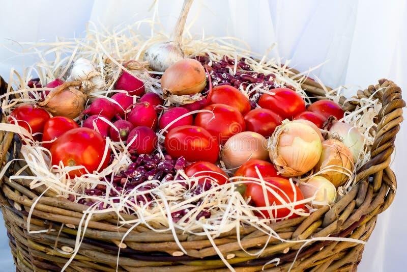 Grönsaker och frukter i en korg på Thanksgiving_ fotografering för bildbyråer