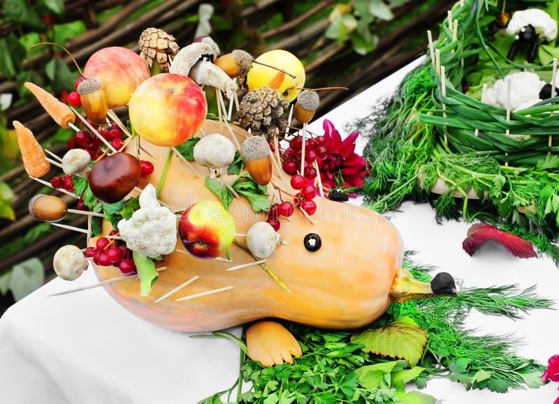 Grönsaker och frukter som en igelkott. royaltyfria bilder