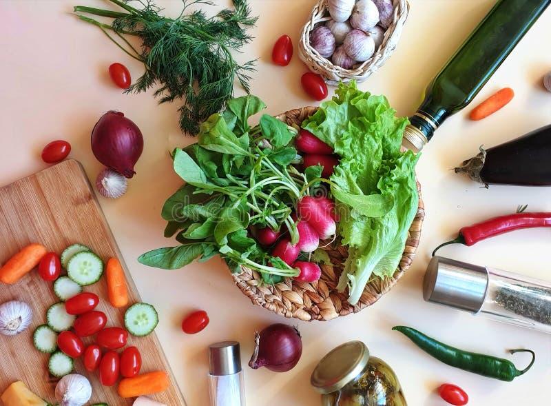 grönsaker och frukter sorterade röd paprika som gröna olivgröna för salladlök för söt peppar morötter för gurka saltar persiljavi fotografering för bildbyråer