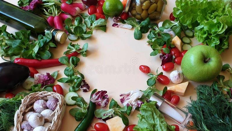Grönsaker och frukter sorterade röd paprika som gröna olivgröna för salladlök för söt peppar morötter för gurka saltar persiljavi arkivbilder