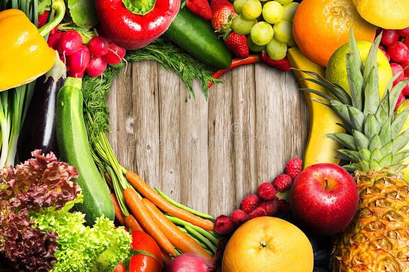 Grönsaker och frukthjärta royaltyfria foton