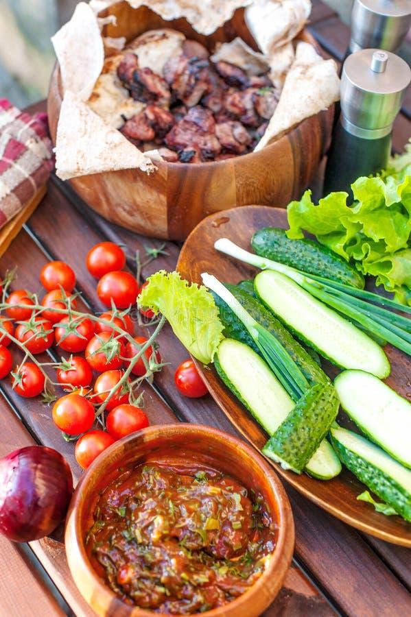 Grönsaker och grillfestkött på vårhelg har picknick fotografering för bildbyråer