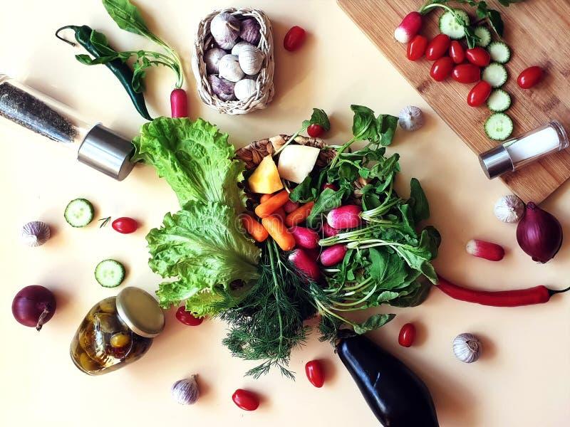 Grönsaker och morötter för gurka för lök för sallad för söt peppar för fruktpaprika gröna olivgröna saltar persiljavitlök arkivbild