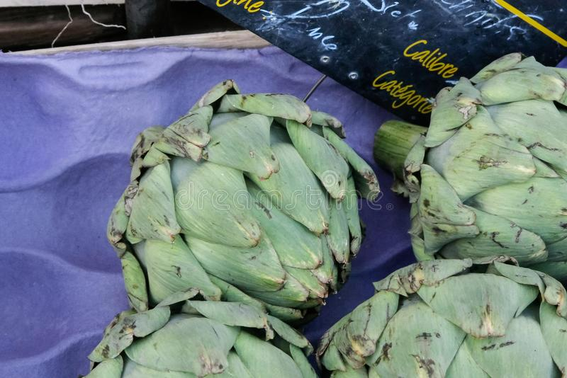 grönsaker på en lokal lantlig marknad i sommarmånaden juli av staden arkivbild