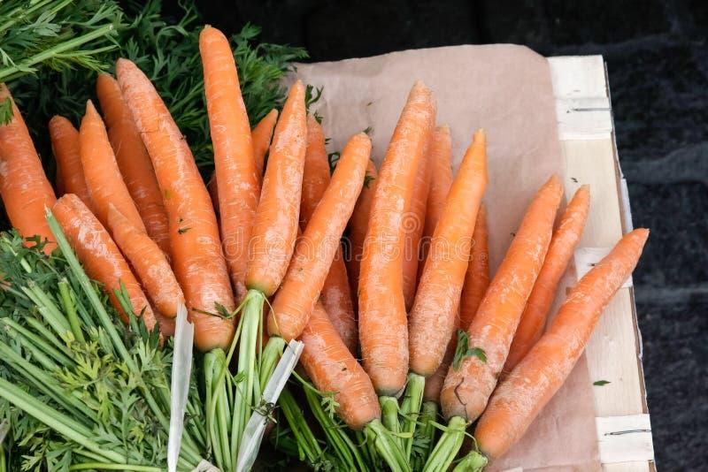 grönsaker på en lokal lantlig marknad i sommarmånaden juli av staden royaltyfria foton