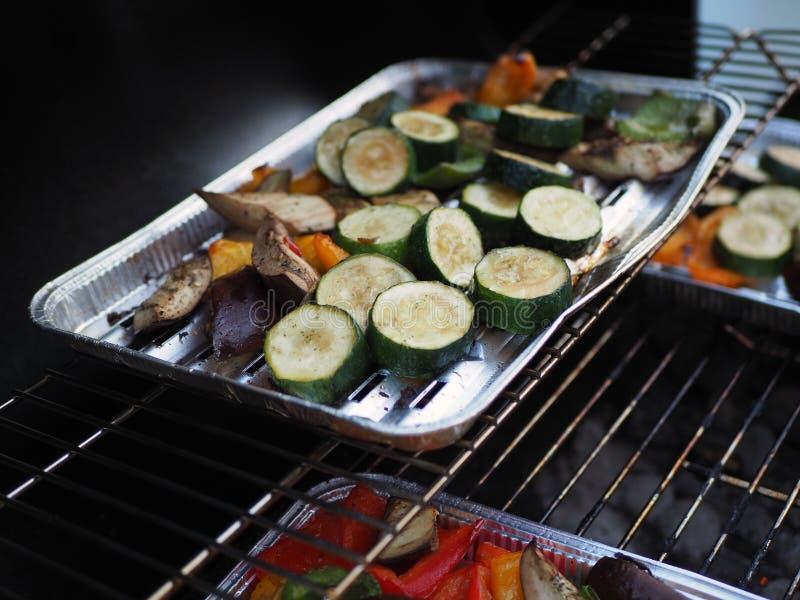 Grönsaker på gallret, grillfestsäsong arkivbild