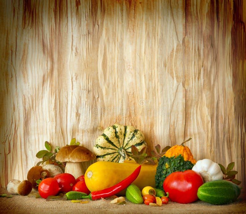 Grönsaker på wood bakgrund arkivbilder