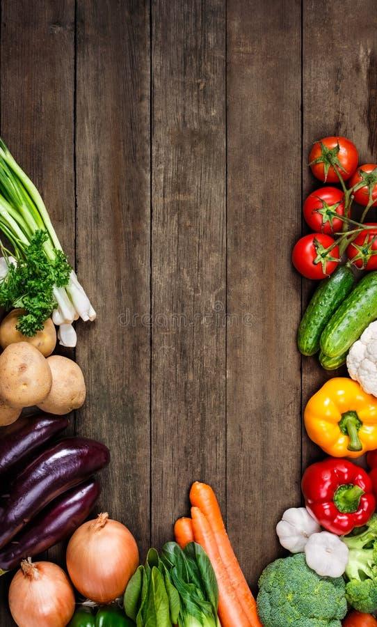 Grönsaker på wood bakgrund med utrymme för text. Organisk mat. royaltyfri foto