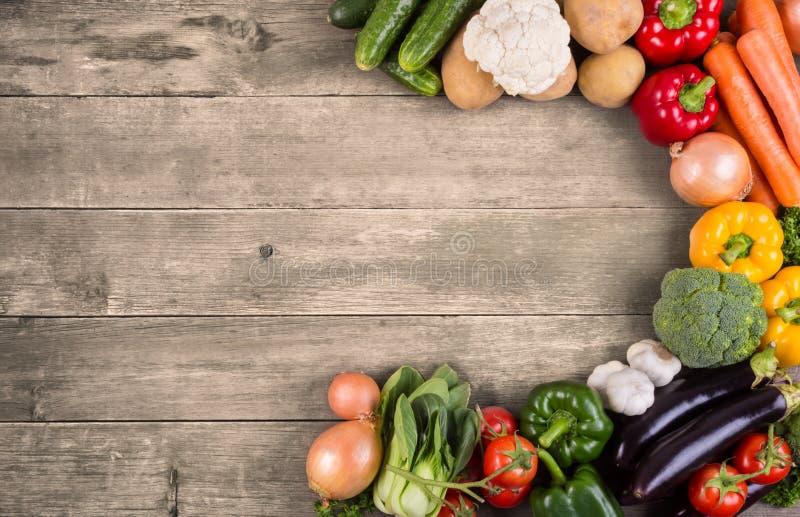 Grönsaker på wood bakgrund med utrymme för text. Organisk mat. arkivfoton