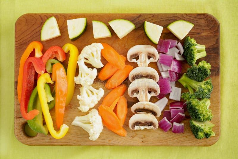 Grönsaker som förbereds för uppståndelsesmåfisk royaltyfri fotografi