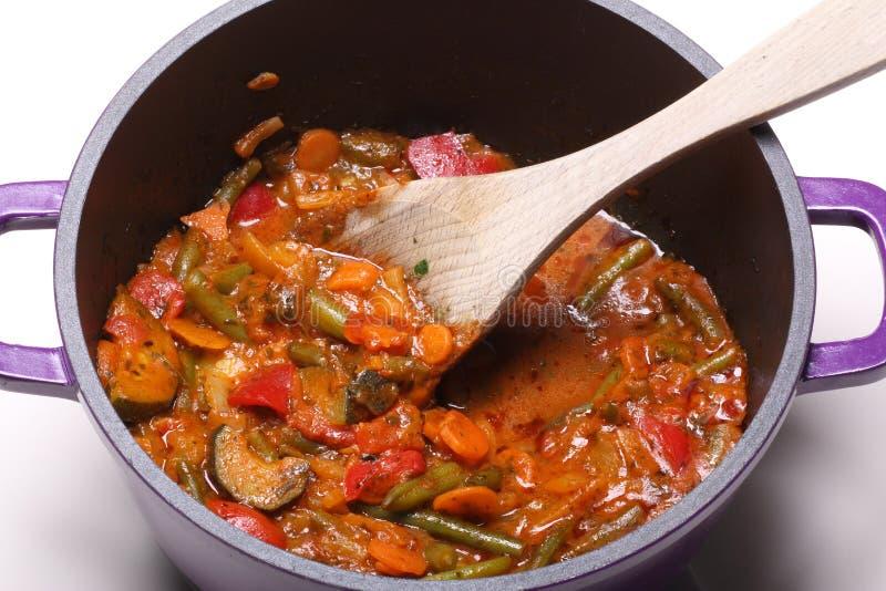 Grönsaker som lagar mat i kruka royaltyfri fotografi