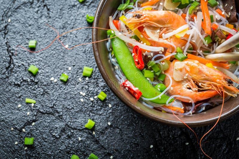 Grönsaker som tjänas som med räkor och nudlar arkivbilder