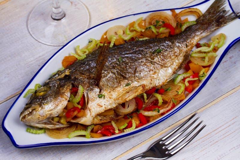 Grönsaker - välfylld fisk arkivbild