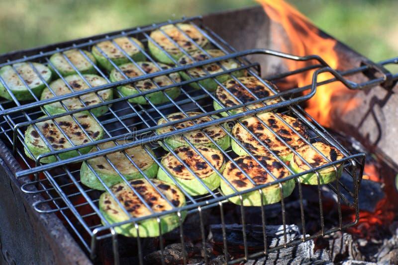 Grönsakmärg på grillfestgaller fotografering för bildbyråer