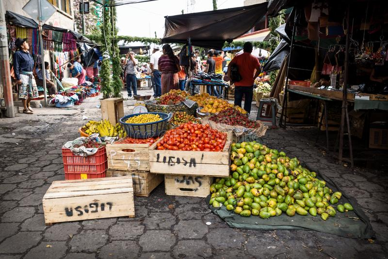 Gr?nsakmarknad p? gatan i Santiago, Lago Atitlan, Guatemala arkivbild