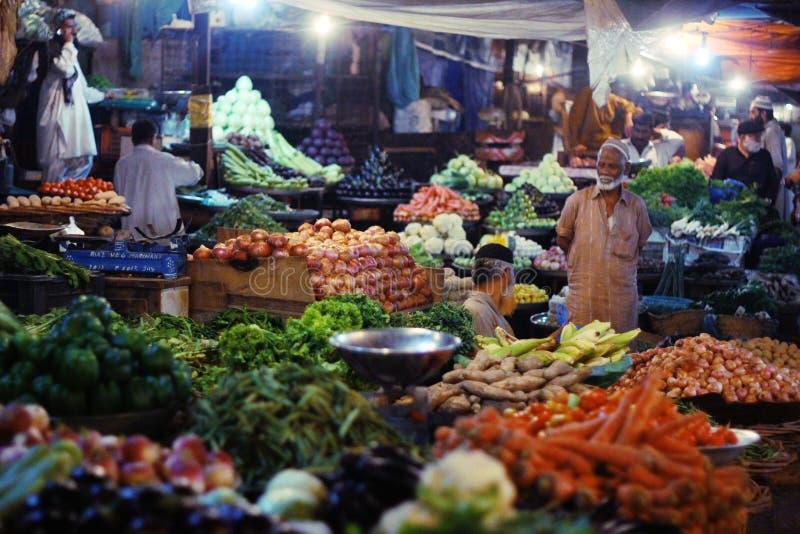 Grönsakmarknad på natten i saddar basar royaltyfri bild