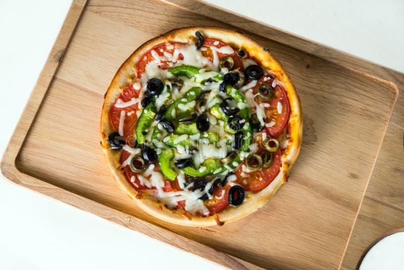 Grönsakpizza med blandad ost & såser arkivfoto
