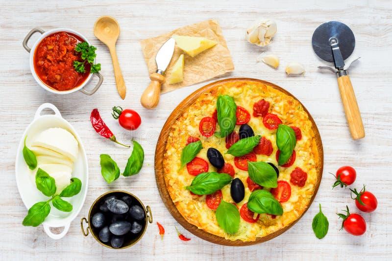 Grönsakpizza med ingredienser arkivbilder