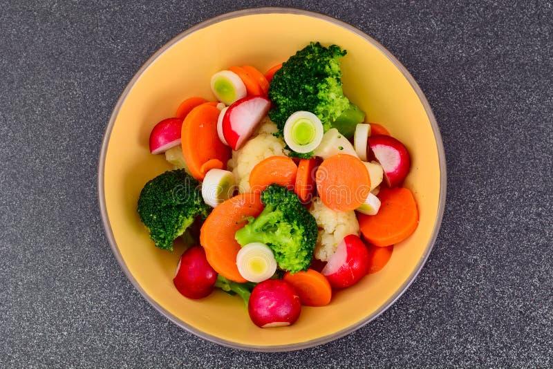 Grönsakplatta: Broccoli och morötter Banta konditionnäring royaltyfri foto