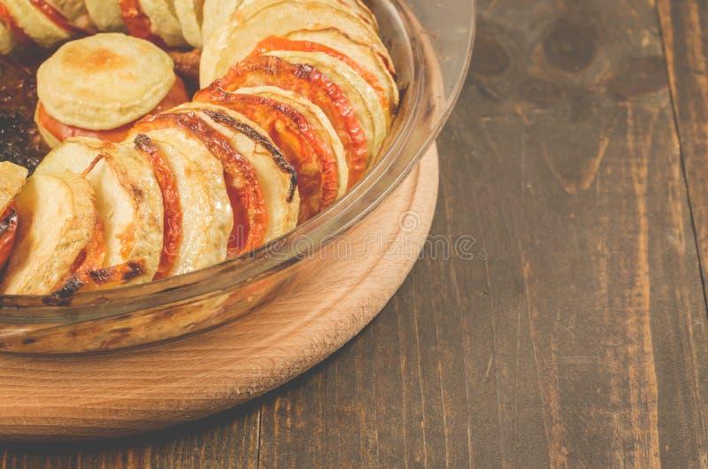 Grönsakragu från tomater av grönsakmärg och kött på en exponeringsglasbunke på en trätabell royaltyfria foton