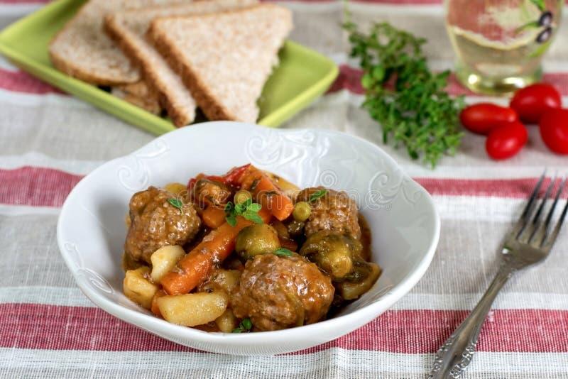 Grönsakragu med köttbullar och tjock sky arkivfoto
