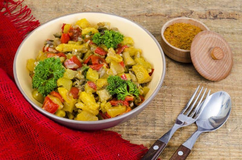 Grönsakragu med zucchinin och röd paprika royaltyfri foto