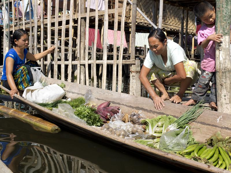 Grönsaksäljare i ett bambufartyg royaltyfria bilder