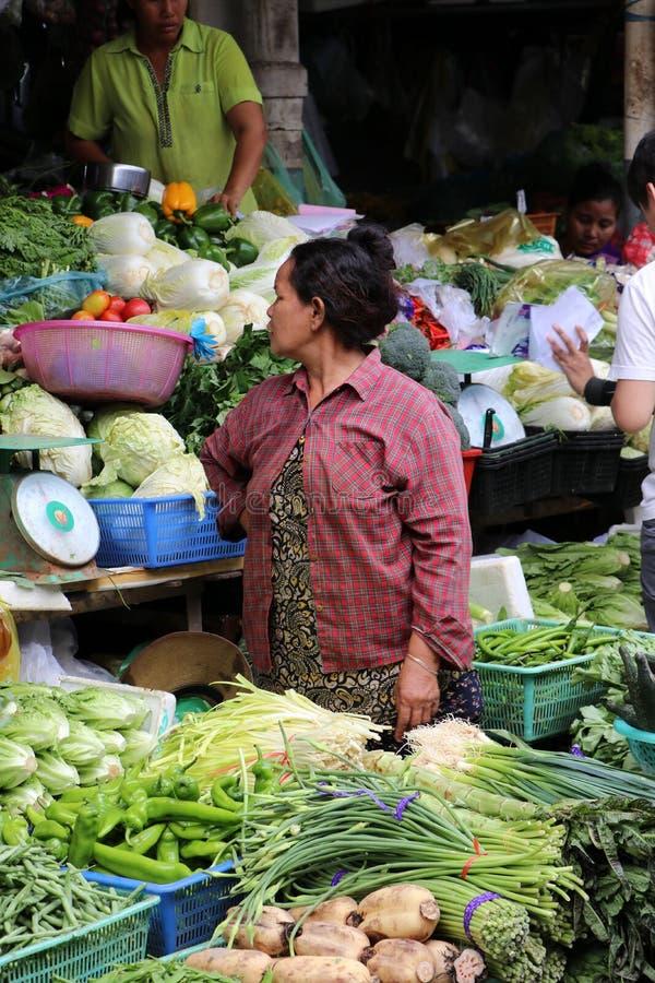 Grönsaksäljaren på den centrala marknaden, en stor marknad med otaligt stannar av gods fotografering för bildbyråer