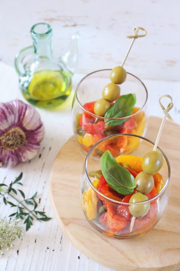 Grönsaksallad: grillad tricolor spansk peppar med olivolja och vitlök royaltyfri foto