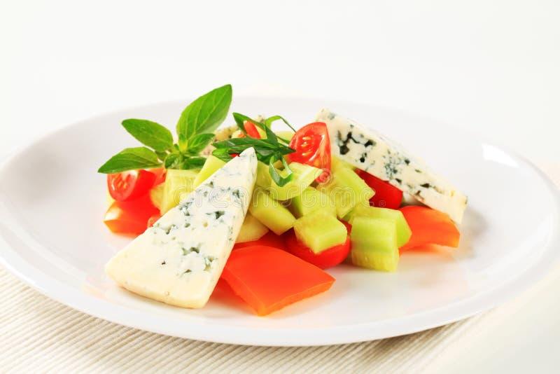 Grönsaksallad med ädelost arkivbild