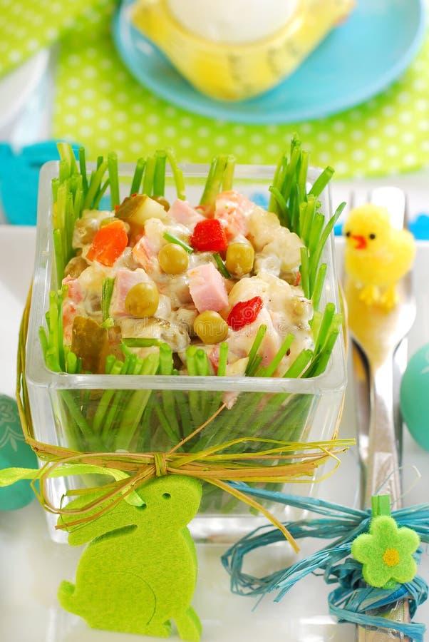 Grönsaksallad med skinka och mayonnaise för easter arkivfoton