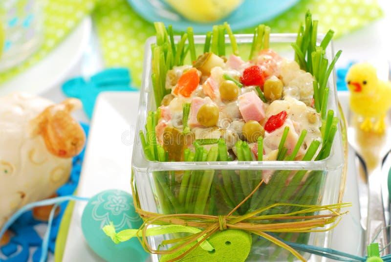 Grönsaksallad med skinka och mayonnaise för easter arkivfoto
